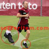 iniesta-blackout-asics-xfly3-leave-nike